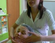 Aplikace liftingové emulze na obličej, krk a dekolt