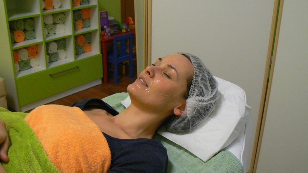 Míša Salačová u SlimFOX po ošetření e-light. Aplikována pleťová maska na citlivou pleť Vintage 79 SWEET RELIEF od Bioline.