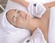 Odstranění odumřelých buněk pomocí enzymatické exfoliační masky nebo cukrového peelingu.