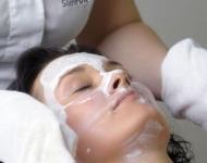 Odstranění pleťové masky pomocí nahřátých žínek.