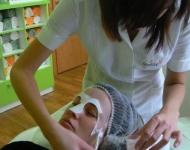 Aplikace ojedinělé liftingové masky s biomatricí, která posiluje absorpci a výkon dříve použitých aktivních látek