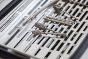 Kovové nástroje prochází sterilizátorem